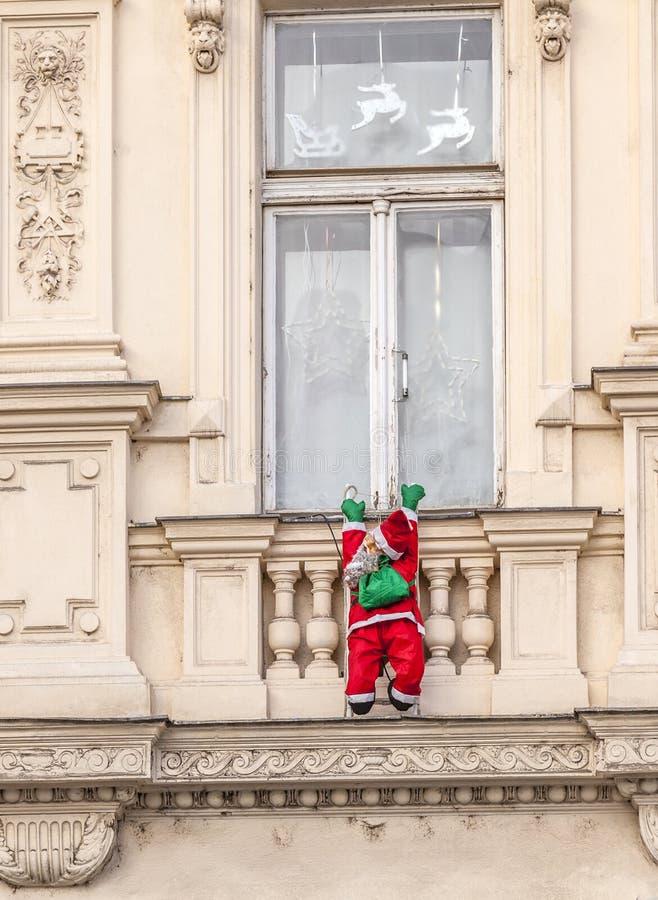 Le père noël monte vers le haut une façade photographie stock libre de droits