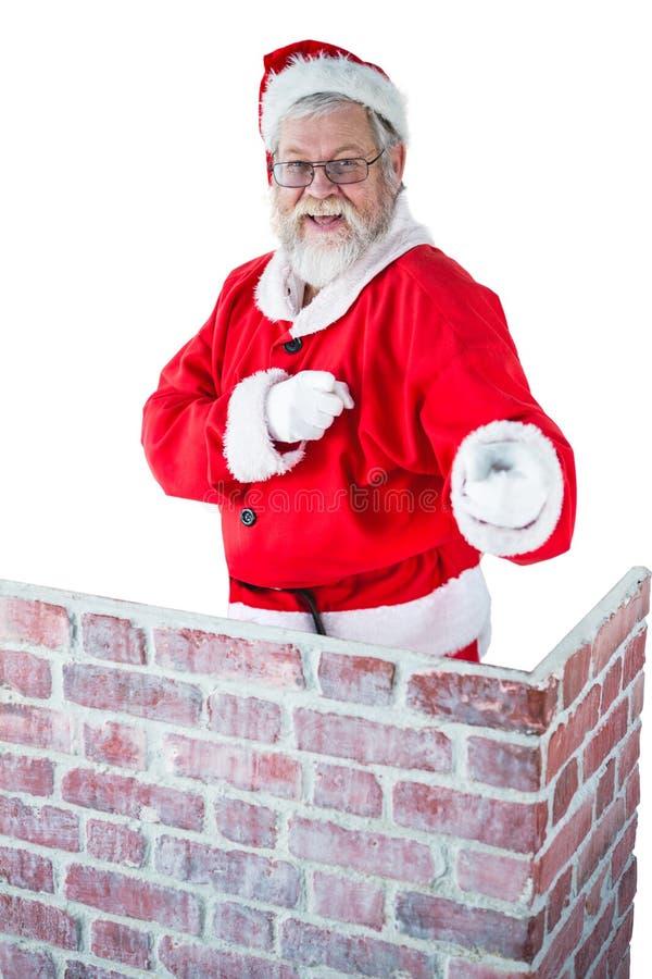 Le père noël se tenant derrière la cheminée et se dirigeant sur le fond blanc photos libres de droits