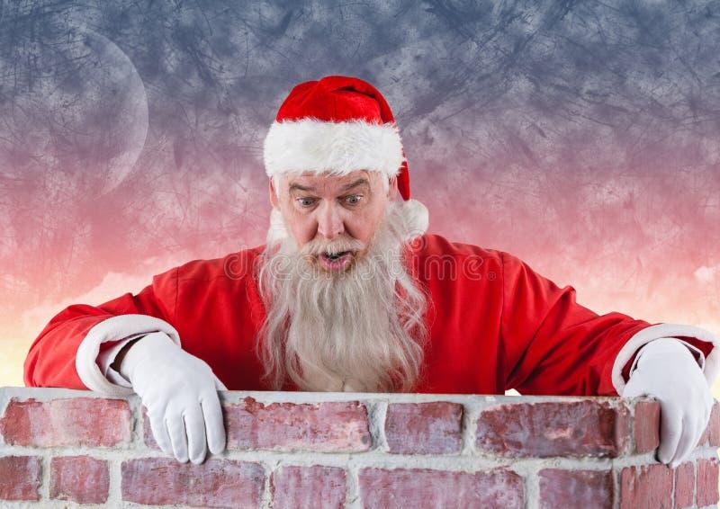 Le père noël se tenant derrière le mur de briques image stock