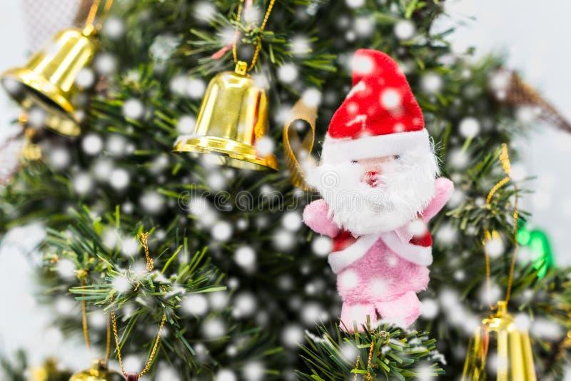 Le père noël sur l'arbre de Noël, ceci est salutation de saison images libres de droits
