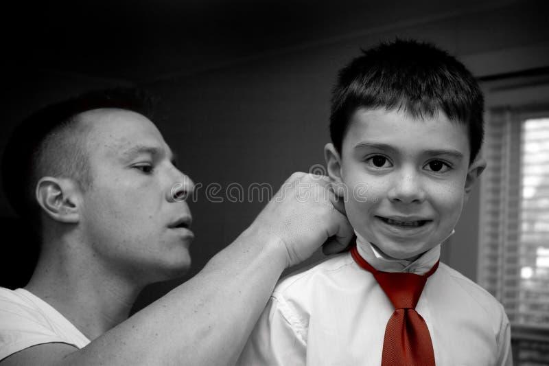 le père obtiennent le fils prêt de aide photos libres de droits