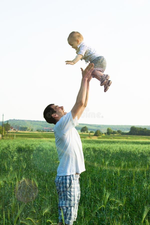 Le père passe le temps avec son fils photographie stock libre de droits