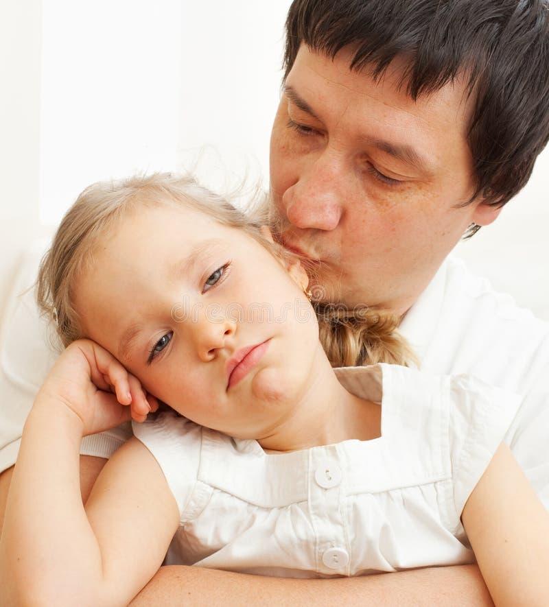 Le père soulage un enfant triste image libre de droits