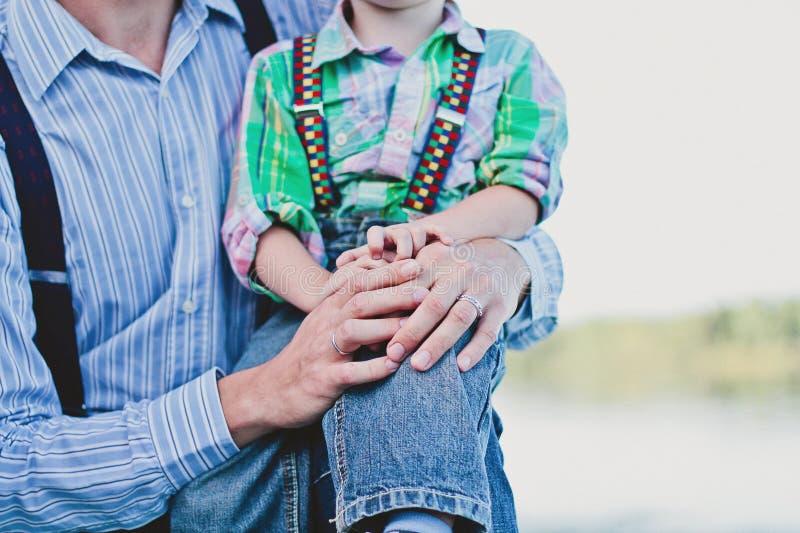 Le père tient son fils photos libres de droits
