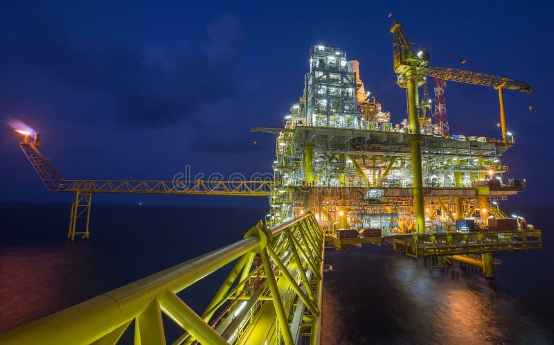 Le pétrole et le gaz traitant la plate-forme produisant le gaz et l'eau de pétrole ont envoyé à la raffinerie et à l'usine terres image libre de droits