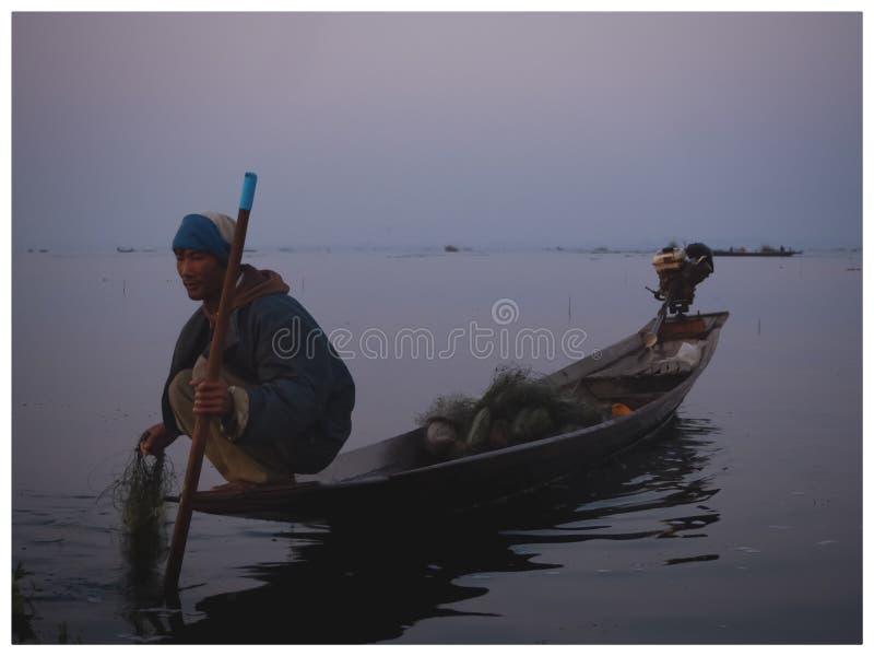 Le pêcheur et le lever de soleil images stock