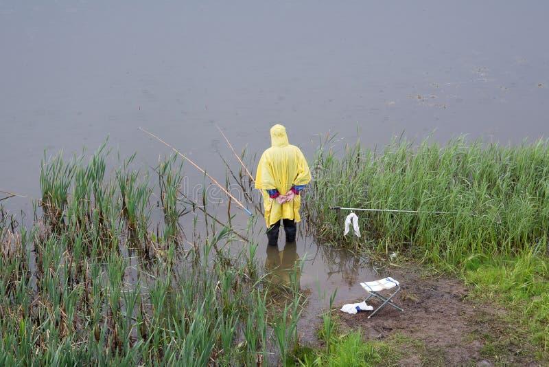 Le pêcheur sous la pluie photographie stock