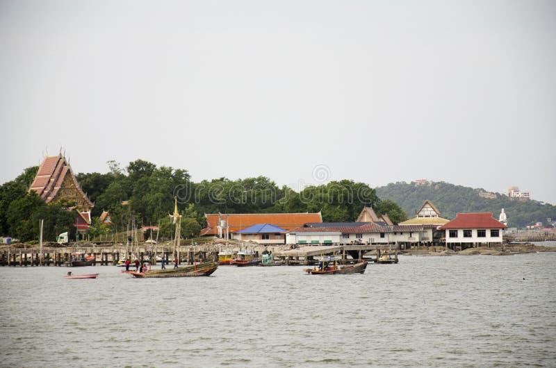 Le pêcheur sur le bateau de pêche vont attraper la pêche en mer à l'ANG photo stock