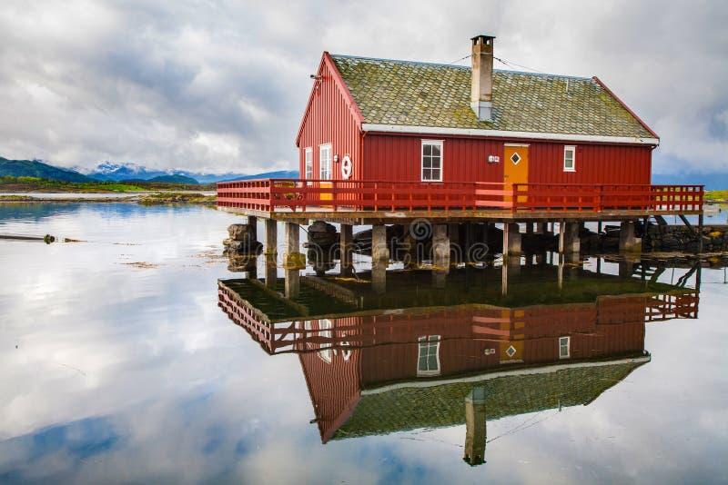 Le pêcheur traditionnel loge le rorbu à l'île de Haholmen, Norvège photo stock