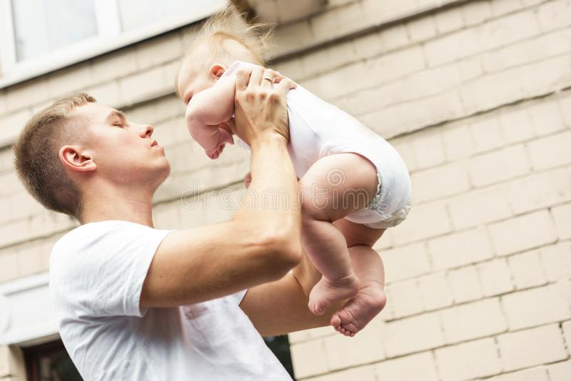 Le p?re tient son fils dans des ses bras Le concept de la famille, été, promenades image stock