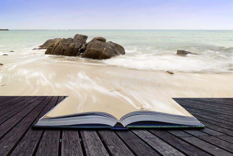 Le pagine creative di concetto della baia di Sennen del libro tirano prima del tramonto i immagine stock