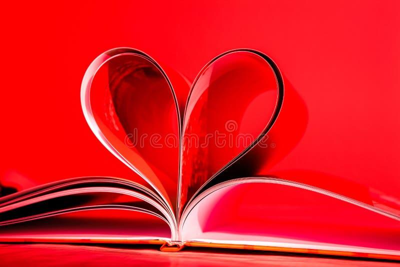 Le pagine hanno curvato in una figura del cuore immagini stock libere da diritti