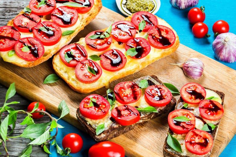 Le pain chaud de ciabatta d'ail de Caprese grille avec du fromage de mozzarella, photos stock