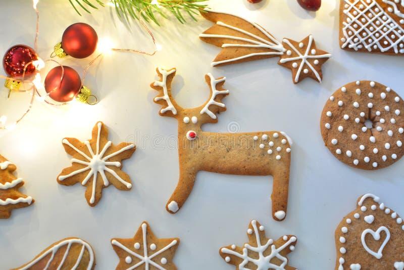 Le pain d'épice de Noël a décoré des biscuits photographie stock libre de droits