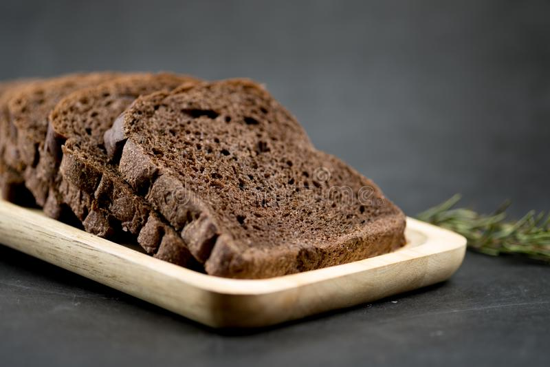 Le pain de chocolat a découpé en tranches photo libre de droits