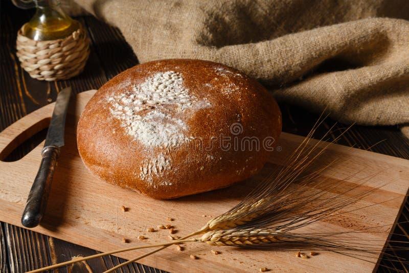 Le pain de seigle rural se trouve sur une table images libres de droits