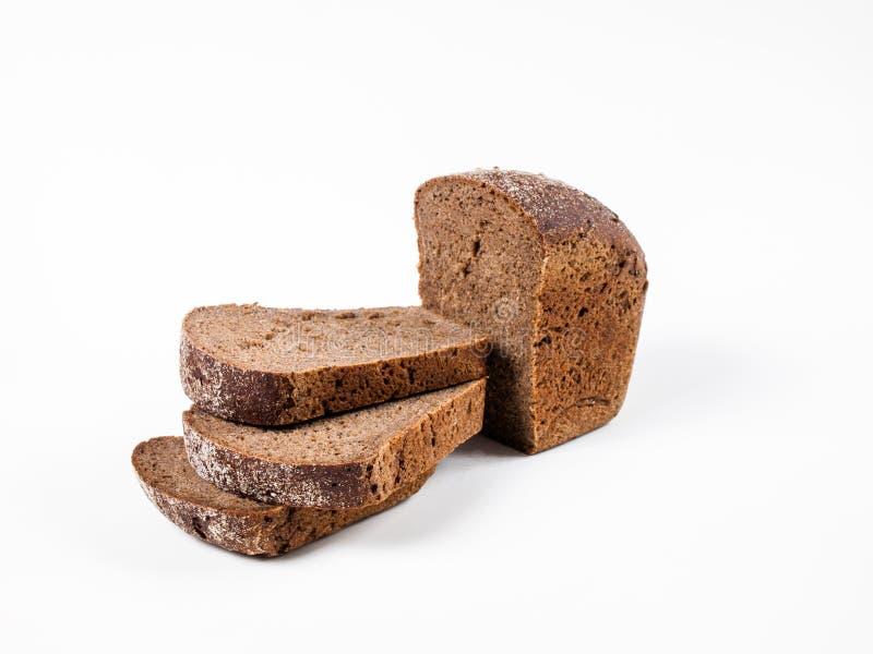 Le pain noir de Borodino a coupé en morceaux image stock