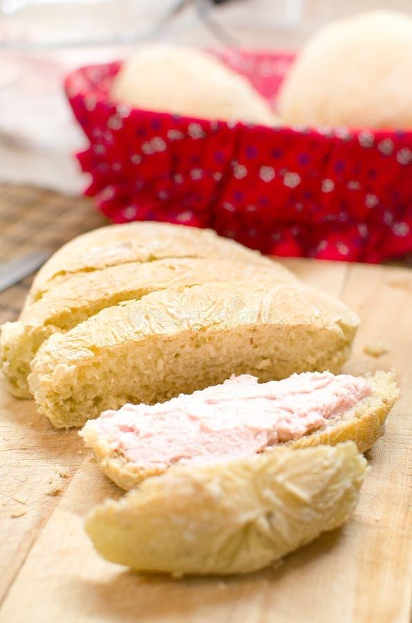 Le pain rose de mousse coupe en tranches Bologna tartinable de mortadelle photo libre de droits