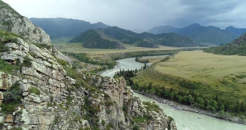 Le Pakistan : pli des rivages rocailleux de la rivi?re c de montagne images libres de droits