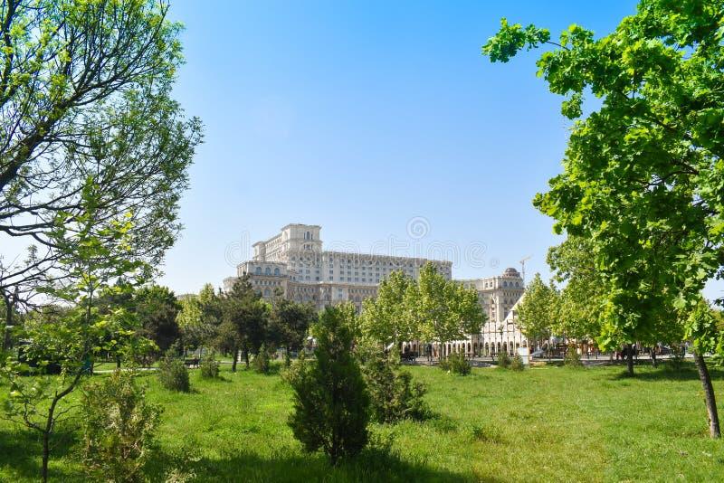 Le palais de la Chambre du Parlement ou des personnes, Bucarest, Roumanie Vue des jardins de Central Park Le plus grand image stock