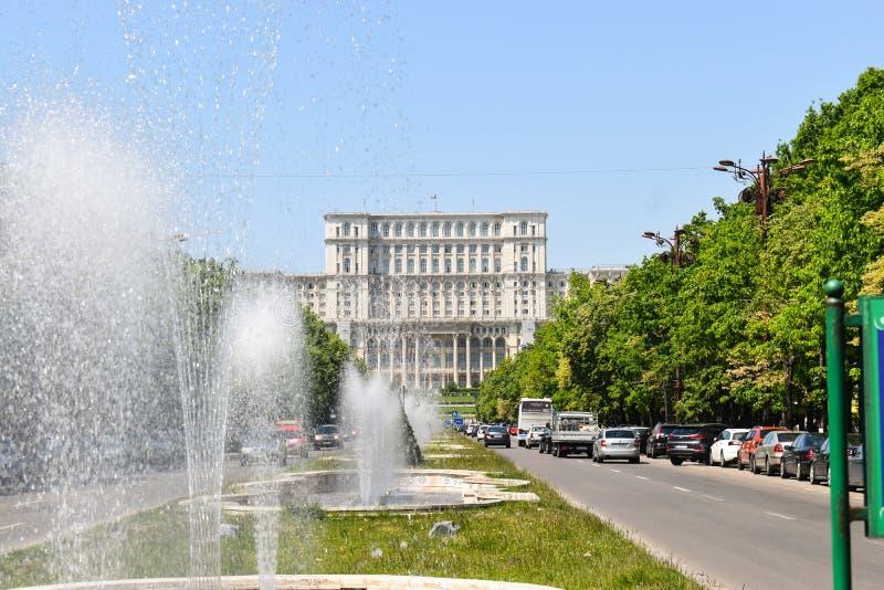 Le palais de la Chambre du Parlement ou des personnes, Bucarest, Roumanie Vue de nuit de la place centrale Le palais était b comm photographie stock libre de droits