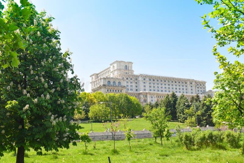 Le palais de la Chambre du Parlement ou des personnes, Bucarest, Roumanie Vue de nuit de la place centrale Le palais ?tait b comm photos stock