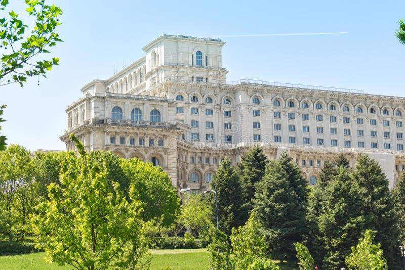 Le palais de la Chambre du Parlement ou des personnes, Bucarest, Roumanie Vue de nuit de la place centrale Le palais ?tait b comm photos libres de droits