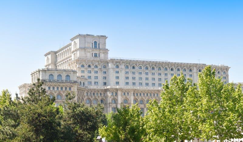 Le palais de la Chambre du Parlement ou des personnes, Bucarest, Roumanie Vue de nuit de la place centrale Le palais ?tait b comm image libre de droits