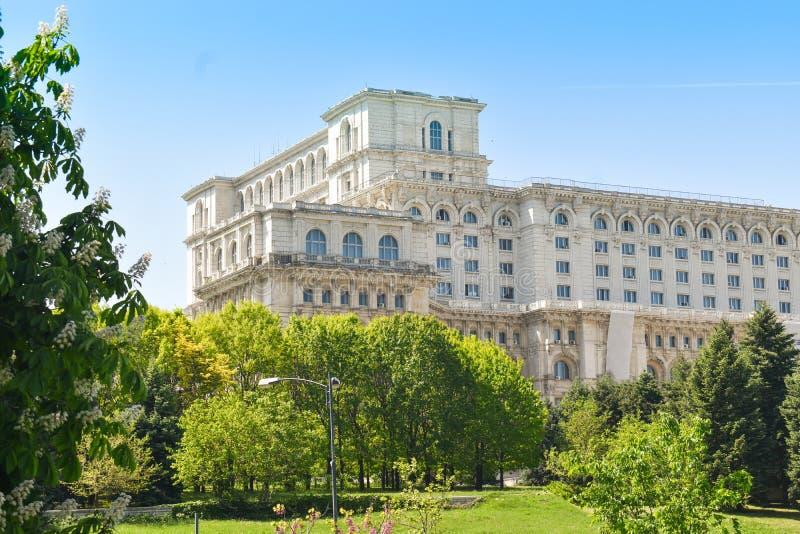 Le palais de la Chambre du Parlement ou des personnes, Bucarest, Roumanie Vue de nuit de la place centrale Le palais ?tait b comm images stock