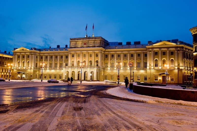 Le palais de Mariinsky fait partie de l'ensemble de place de St Isaac photos libres de droits