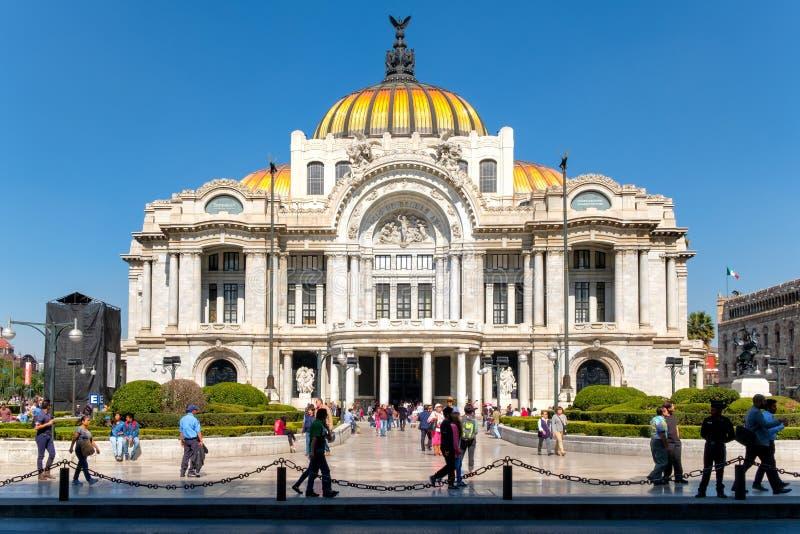 Le palais des beaux-arts, un lieu de rendez-vous célèbre de concert, musée et théâtre à Mexico photographie stock libre de droits