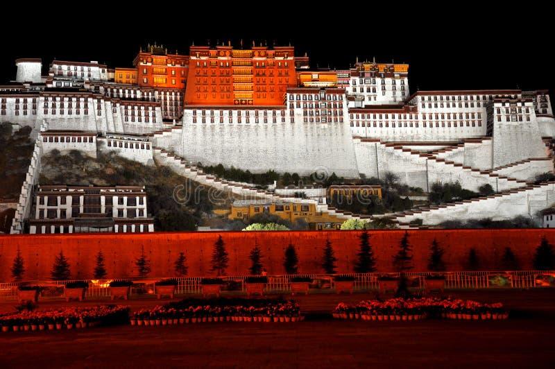 Le Palais du Potala pendant la nuit photographie stock libre de droits