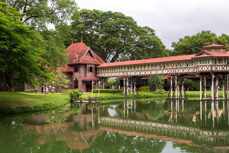 Le palais en bois antique est si beau chez Nakornpathom photos stock