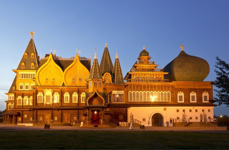 Le palais en bois du tsar Alexei Mikhailovich dans Kolomna la nuit images stock