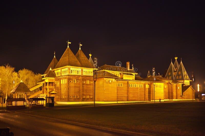 Le palais en bois du tsar Alexei Mikhailovich en parc de Kolomenskoye la nuit images libres de droits