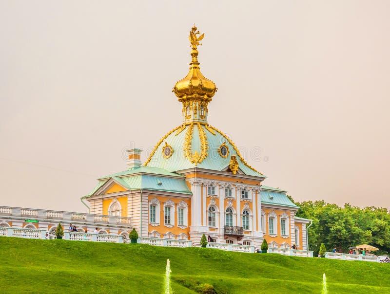 Le palais grand est centre d'ensemble de Peterhof photo stock