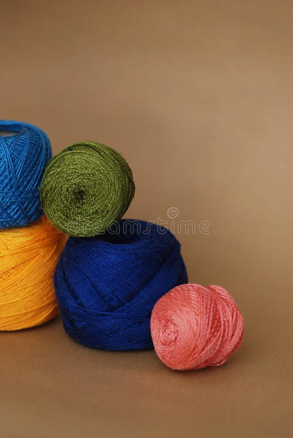 Le palle del filo di cotone per tricottare, lavorano all'uncinetto Fondo di hobby e fatto a mano Immagine verticale fotografie stock