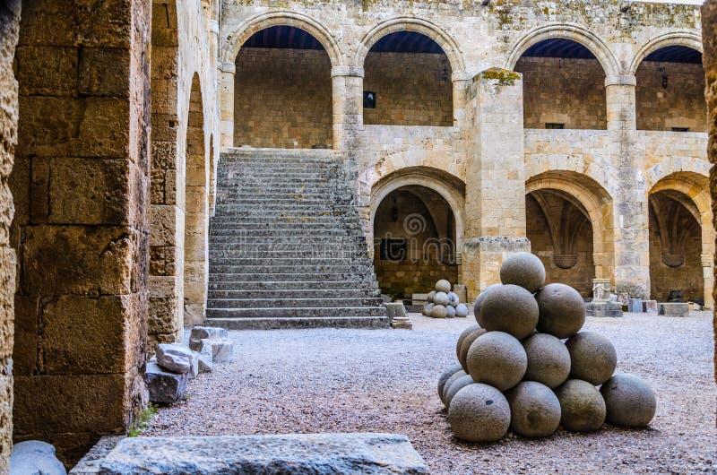 Le palle di cannone dell'ospedale dei cavalieri di St John - Rodi immagine stock libera da diritti