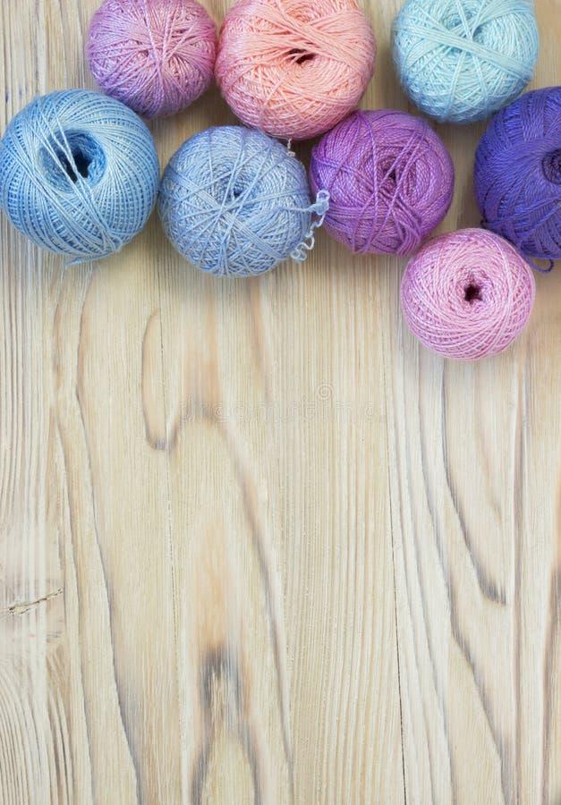 Le palle luminose del filo di cotone per tricottare, lavorano all'uncinetto e lavoro creativo del mestiere fotografia stock libera da diritti