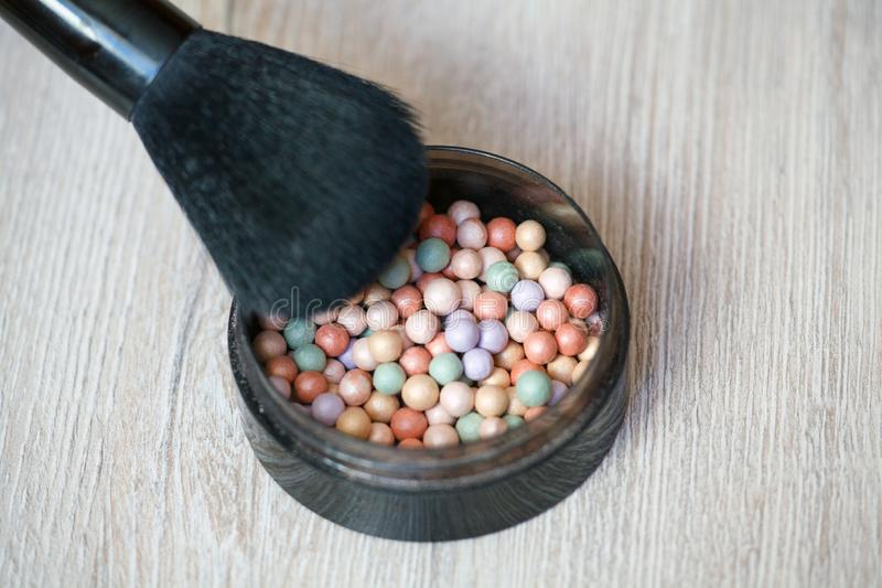 Le palle Multicoloured della cipria del correttore per compongono Spazzola della polvere immagine stock libera da diritti