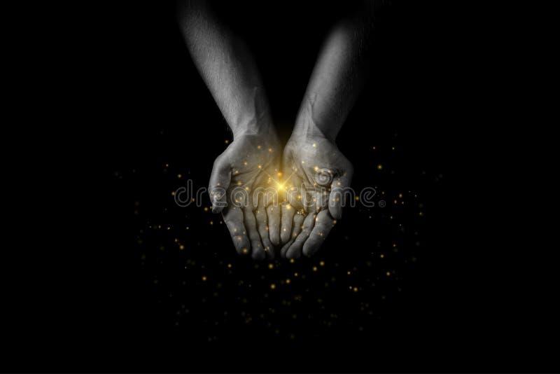 Le palme delle mani dell'uomo su, dando la cura ed il supporto, raggiungenti fuori passa pregare per la benedizione con le luci e fotografia stock