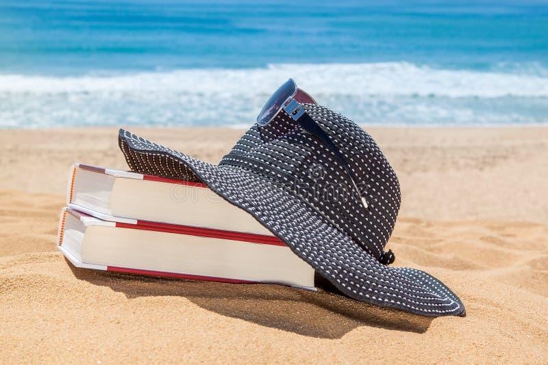 Le Panama sur les livres pour lire sur la plage images libres de droits