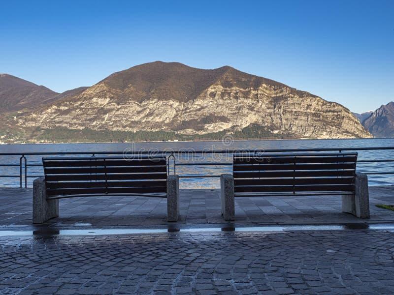 Le panche sulla promenade del Lago Iseo a Iseo immagini stock