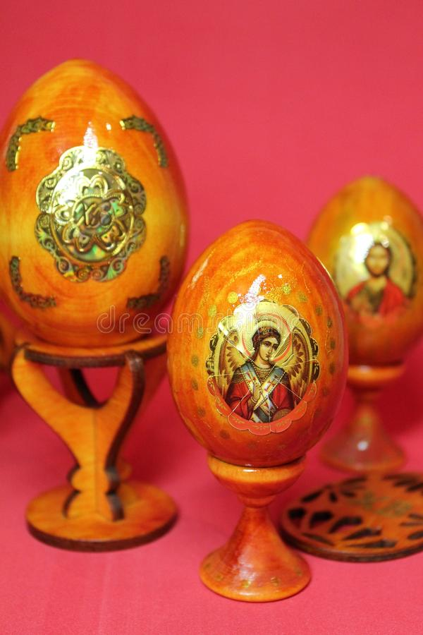 Le panier de Pâques a rempli d'oeufs colorés sur un fond blanc photos stock