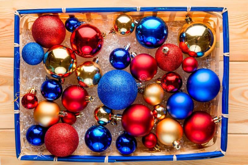 Le panier de paille a emballé complètement des boules multicolores de Noël images stock