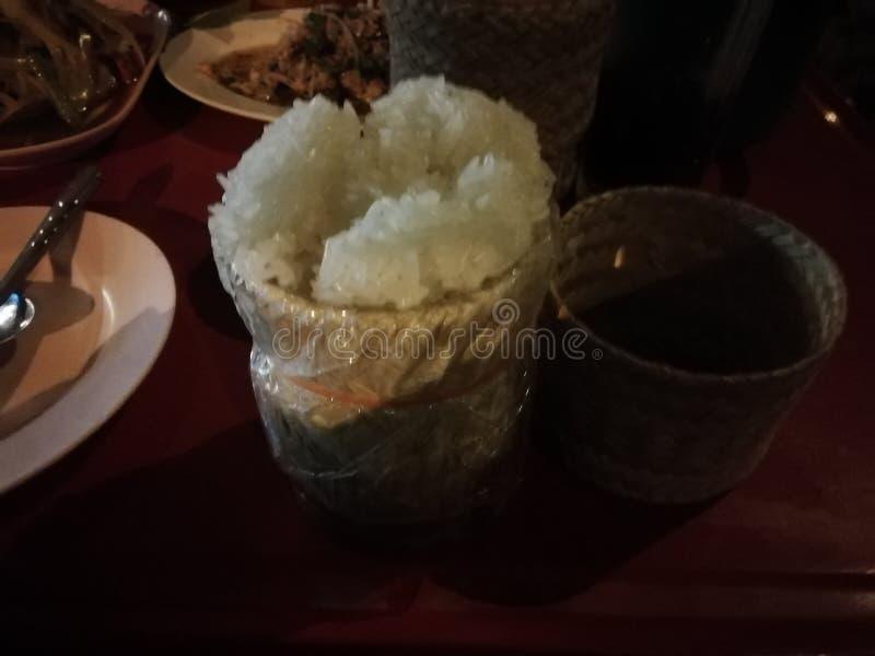 Le panier de riz collant a un certain int?rieur de riz collant images stock
