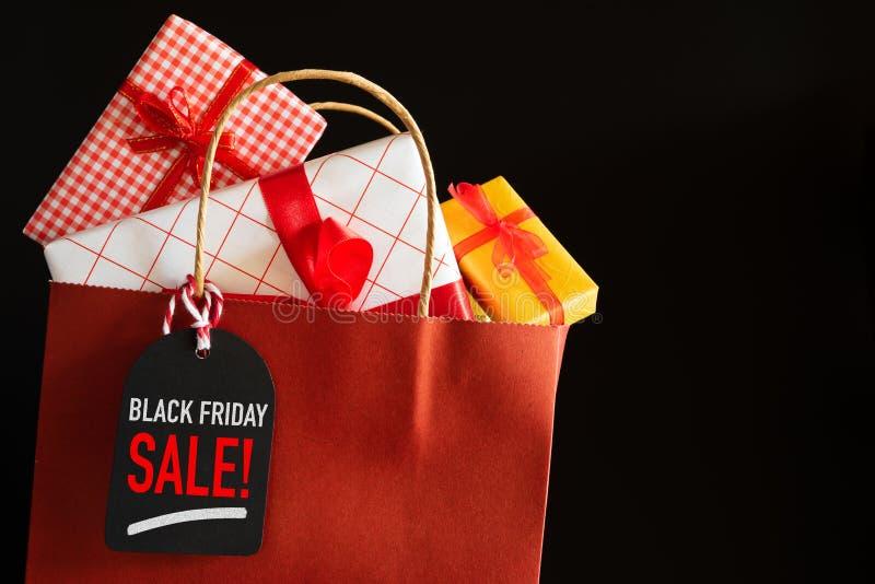 Le panier de vente de Black Friday et les boîtes de cadeaux avec le message étiquettent photographie stock libre de droits