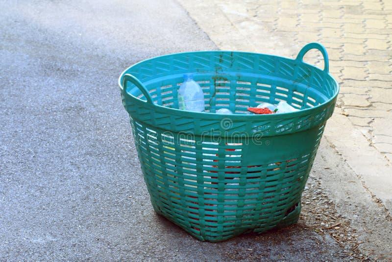 Le panier en plastique pour des déchets sur le plancher, poubelle, le panier en plastique de rebut pour réutilisent des déchets photographie stock