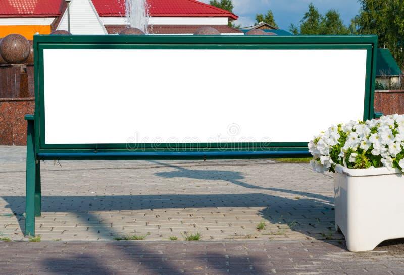 Le panneau d'affichage avec l'espace blanc vide de copie pour le message textuel ou le contenu, raillent vers le haut de la banni photo libre de droits
