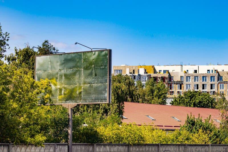 Le panneau d'affichage de bord de la route est vide Place pour le texte photos libres de droits